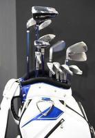 Set Golfschläger in blau-weißer Tasche foto
