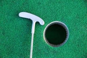 Golfschläger in der Nähe des Lochs foto