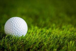 Golfball auf grünem Gras foto