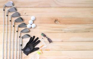 Golfausrüstung auf Holzboden bereitet sich auf gutes Spiel vor foto