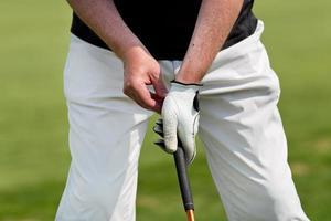 Mann spielt Golf foto