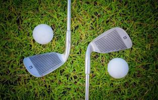 Golfball im Gras und Golfschläger foto
