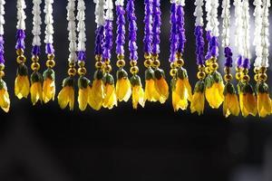 bunte Perlen hängen in einer Tür. foto