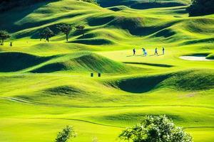 Golfschläger mit schönem Grün foto