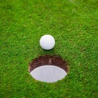 Golfball auf grüner Wiese. foto