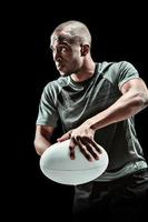 zusammengesetztes Bild des Rugbyspielers, der Ball hält foto