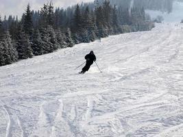 Skifahrer auf der Skipiste foto