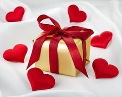 Geschenkbox und Herzen foto