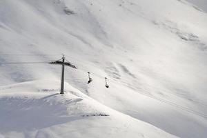 Sessellift mit Skifahrern in der Schweiz, Winter.