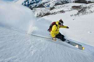 Skifahrer und Schnee fliegen