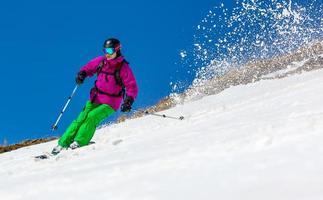 Skifahrer auf einem Himmelhintergrund foto