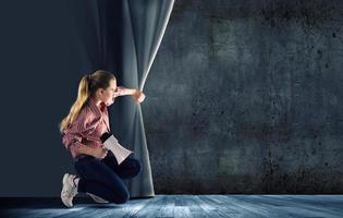 Mädchen öffnet Vorhang foto