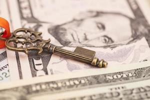 Schlüssel zum Erfolg auf Dollar-Banknoten foto