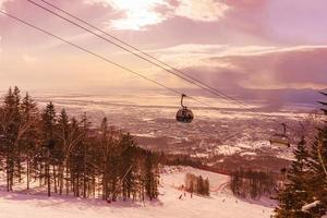 Kabine bewegt sich auf Skilift foto