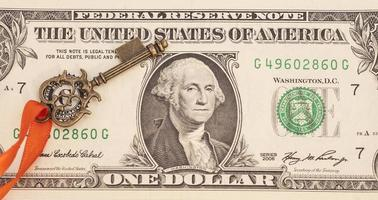 Schlüssel zum Erfolg auf einer Dollar-Banknote foto