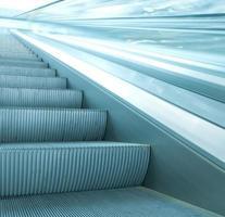 Zeitgenössische Rolltreppe in der blauen Geschäftshalle foto
