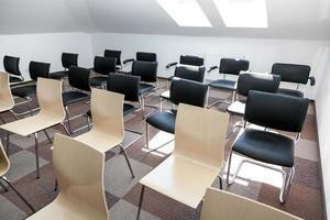 Konferenzsaal mit Stühlen foto