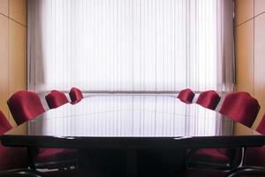 Konferenztisch und Stühle im Besprechungsraum foto