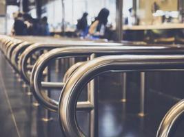Passagier Ticket am Ticketschalter im Bahnhof kaufen foto
