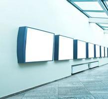 moderne Lichthalle mit leeren Plakaten an der Wand