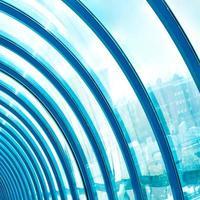abstrakte blaue geometrische Decke im Bürozentrum foto