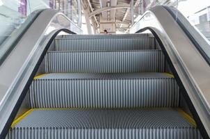 in Rolltreppe nach oben bewegen foto