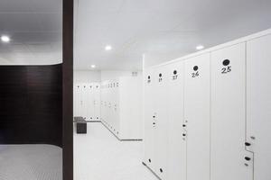 Innenraum der modernen Umkleidekabine foto