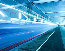 schnell fahrender Zug auf unterirdischem Bahnsteig
