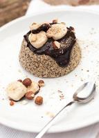 gesunder Paläokuchen mit dunkler Schokolade, Banane und Haselnüssen
