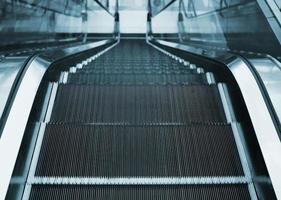 Ansicht der Rolltreppe innerhalb des Büros oder des Geschäftszentrums foto