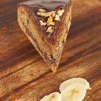 Stück Schokoladenkuchen mit Bananen-Nuss-Kuchen foto