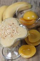 Smoothie aus Bananen und Pfirsichkonserven foto