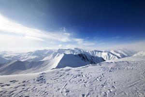 schneebedeckte Berge am schönen Tag foto
