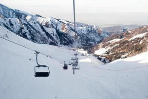 die Seilbahn in den schneebedeckten Bergen Chimbulak