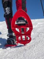 Füße in Schneeschuhen.