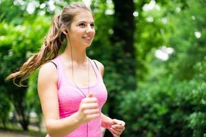 Frau läuft im Freien foto