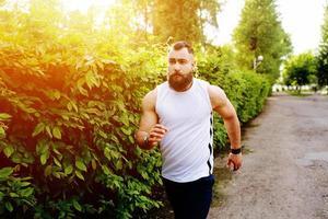 bärtiger Mann rennt foto
