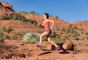 Frau läuft und trainiert foto