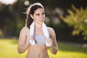 Frau erfrischend atfer Laufen foto