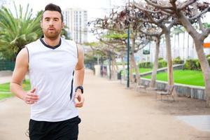 Mann läuft im Park foto