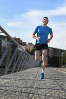 Sportmann läuft auf städtischem Stadthintergrund-Fitnesskonzept