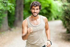 Mann läuft in einem Park foto