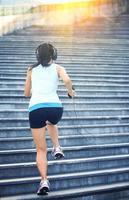 Läufer Athlet läuft auf Treppen. foto