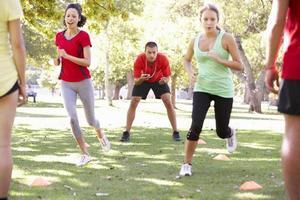 Instruktor läuft Fitness Boot Camp foto