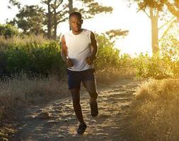 aktiver junger Mann, der draußen läuft foto