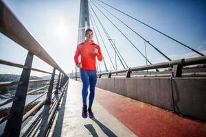 junger Mann läuft über Brücke. foto