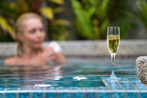 Champagner nahe Schwimmbad auf einem Hintergrund