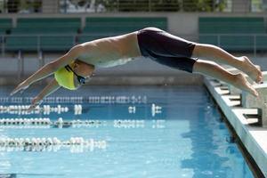 junger Schwimmer foto