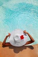 Frau, die sich in einem Whirlpool im Freien entspannt foto