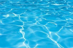 blaues Wasser kräuselte Hintergrund im Schwimmbad foto